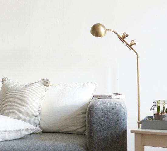 leseleuchte am sofa