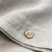 Bettwaesche Leinen beige Knopf Detail