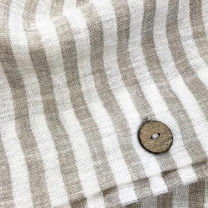 Bettwaesche Leinen beige gestreift Knopf Detail