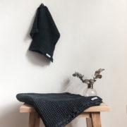 handtuch-freda-klein-gaestetuch-waffelstoff-leinen-anthrazit-blau
